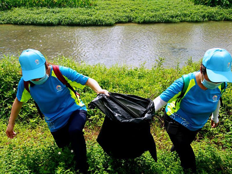 西丽体育义工开展环保徒步团建活动